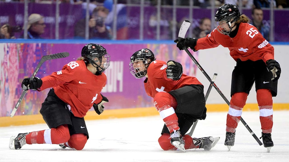 sui-womens-hockey-sochi-gettyimages-470643001_383611
