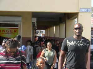Busy-shoppers-in-kingstown-doing-there-last-minite-shopping