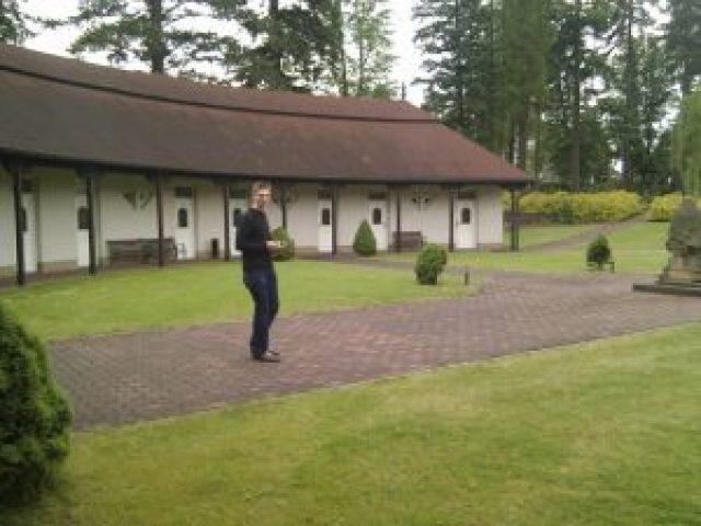 Norman erforscht den Hotelpark