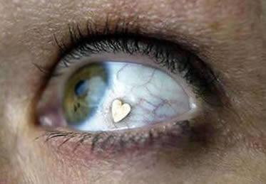 10. Oogsierraden. Wij vinden contactlenzen indoen al eng, laat staan kunststof dingetjes in de vorm van hartjes of andere guitige afbeeldingen.