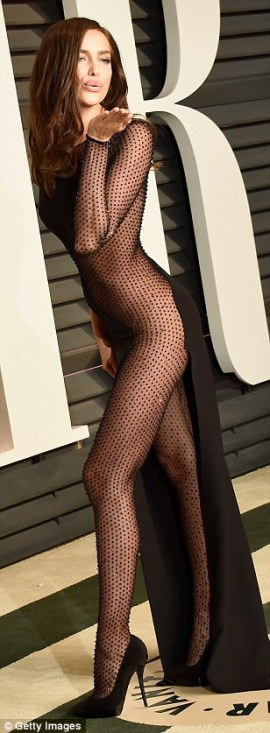 25FC408A00000578-2964931-Model_Irina_Shayk_turns_heads_at_the_Vanity_Fair_Oscars_party_in-m-82_1424690982246