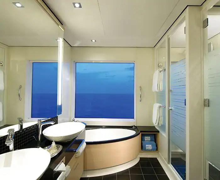 ノルウェージャンクルーズライン ザ・ヘブン 2ベッドファミリースイート バスルームThe Haven's 2-Bedroom Family Villa with Balcony Bathroom on Norwegian Breakaway