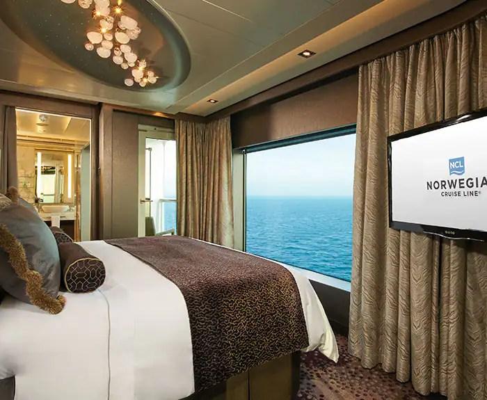 ノルウェージャンクルーズライン ザ・ヘブン デラックスオーナースイート 寝室 The Haven's Deluxe Owners Suite with Large Balcony Bedroom on Norwegian Escape