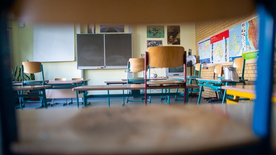Chairs and tables are spaced apart in a classroom.  © picture alliance / dpa / dpa-Zentralbild Photo: Klaus-Dietmar Gabbert