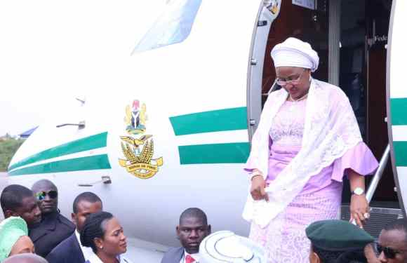 Show of Shame As Akpabio's Wife Attempts Breaking Protocol in Receiving Aisha Buhari (Video)