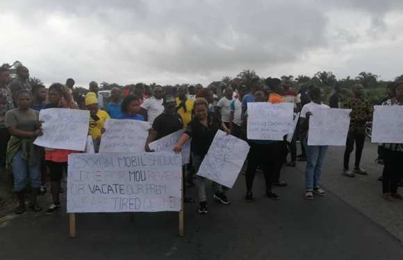 Akwa Ibom Community protest Alleged marginalisation, urge State govt to complete road project (pics)