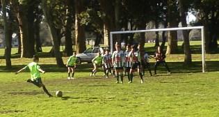 ROZÓ EL ÁNGULO. La jugadora de Cerrito Sur estuvo muy cerca de marcar un golazo.