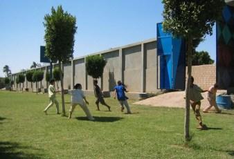 Kinder spielen Fangen auf der Wiese