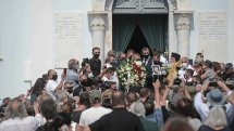 Το «τελευταίο αντίο» στον Τόλη Βοσκόπουλο – Τεράστια συγκίνηση, τραγούδια και χειροκροτήματα