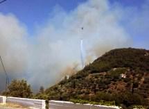 «Φούντωσε» η φωτιά στoυς Βουρλιώτες – Καίει ανεξέλεγκτη