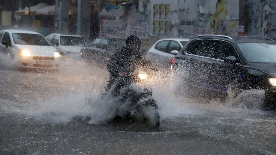 «Μπάλλος»: Ισχυρές βροχές και καταιγίδες σε όλη τη χώρα – Mε αμείωτη ένταση θα συνεχιστούν τα καιρικά φαινόμενα