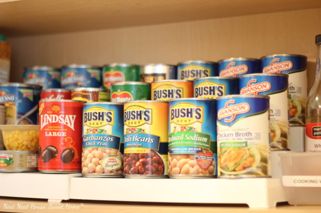 An easy and affordable system to organize your spices -and canned food- in your kitchen cabinet.