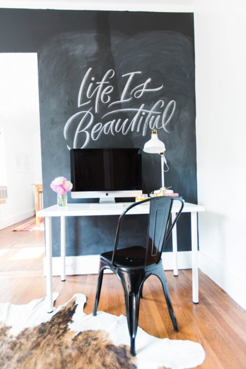 Chalkboard walls are one of the newest trends in interior décor, since they are a simple way to add some drama to walls, and make them interesting and different every day.