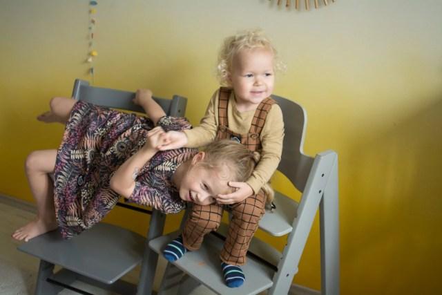 dzieci na krzesełkach do karmienia