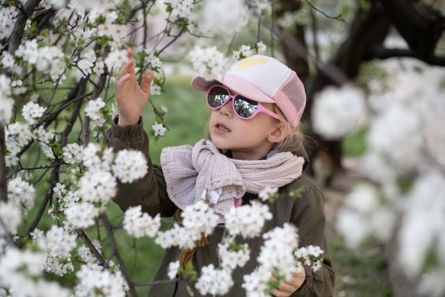 dziecko noszące różowe real shades sky
