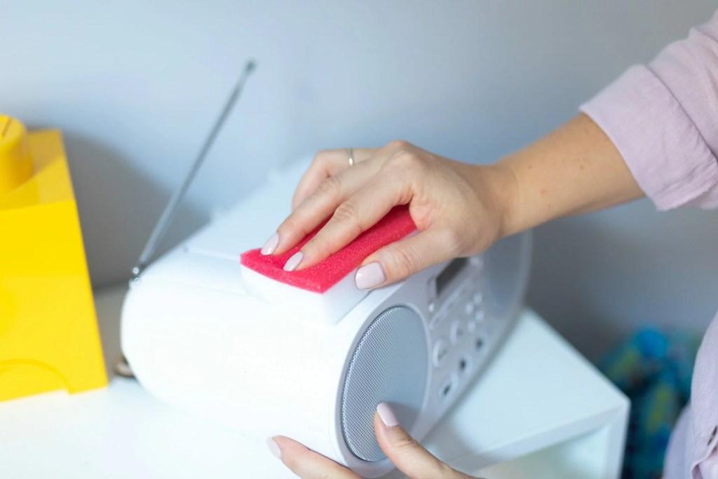 kobieta myje radio