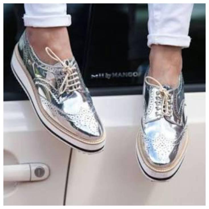 Necessaire da Diva photostudio_1472950869623 Muito brilho com os calçados metalizados. Moda  Scarpin prateado Sapatos metalizados Sapatos com brilho Prateado Oxford moda Mocassim com brilho Como usar calçados metalizados Calçados Oxford Calçados metalizados Calçados dourado Calçados cor prata Brilho #fashion
