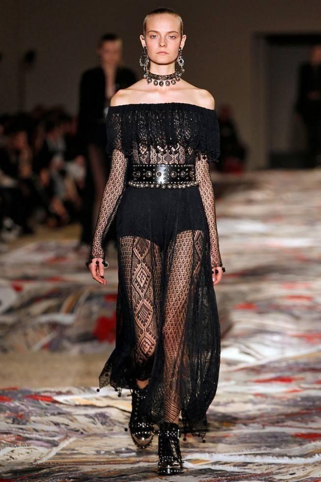 Necessaire da Diva amq-ss17-146-654x980 Moda com sensualidade na coleção de McQueen. Moda  sensualidade roupas transparentes paris moda com sensualidade moda 2016 moda Alexander McQueen