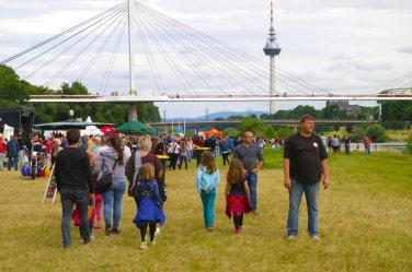 Buntes Treiben auf der Neckarwiese