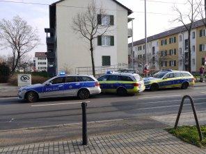 Mit zwischen 10 und 12 Fahrzeugen rückte die Polizei vor der GBG-Zentrale im Ulmenweg an | Foto: M. Schülke