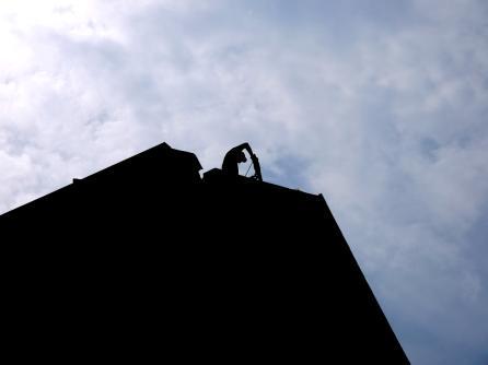 Ein Bauarbeiter entfernt Teile des Dachs mit dem Presslufthammer   Foto: Neckarstadtblog