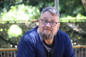 Tierpfleger Dariusz ist laut eigenen Angaben seit dreißig Jahren noch kein einziges Mal wegen Krankheit ausgefallen   Foto: Elmar Herding