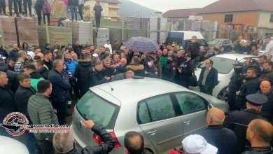 """Photo of """"Ja sa lekë u gjetën brenda makinës në Maqellarë"""", kandidati i PD: Kush po i shpërndan. Ne jemi jetë a vdekje këtu!"""