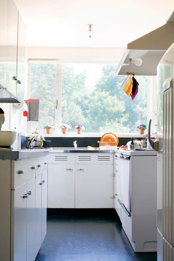 Gropius found the metal kitchen cabinets in a medical supply catalog.