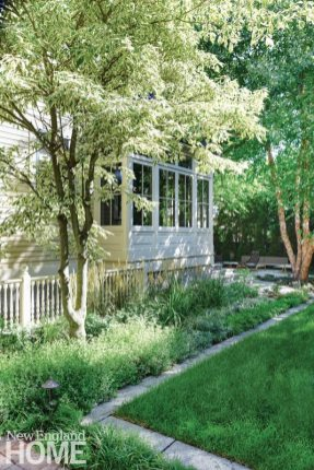 Contemporary Boston urban garden side yard