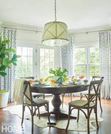 Breakfast nook with round table