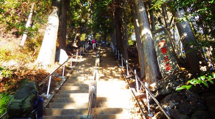 阿夫利神社脇の登山口の階段
