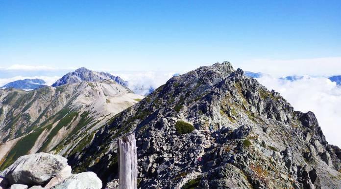 雄山から見た大汝山と、奥に剱岳