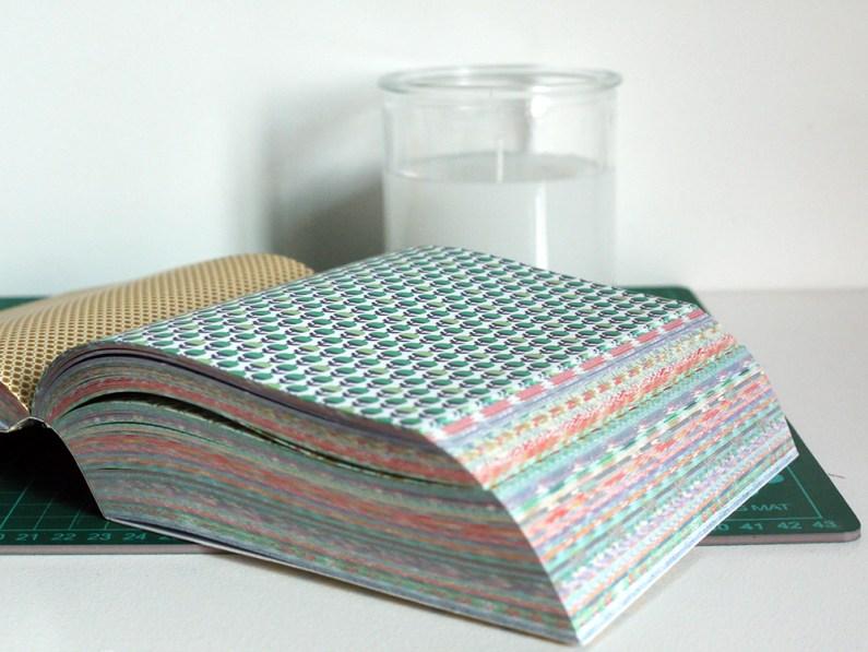 On décore le bocal en verre avec un papier imprimé