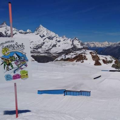 #zermatt #springsession @snowparkzermatt is🔥! #powdersaturday #slushysunday #frisek @frisek @vvchiche @moussafrisek