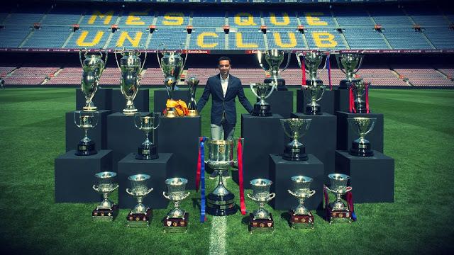Xavi Hernández posa con sus 24 títulos fc barcelona despedida