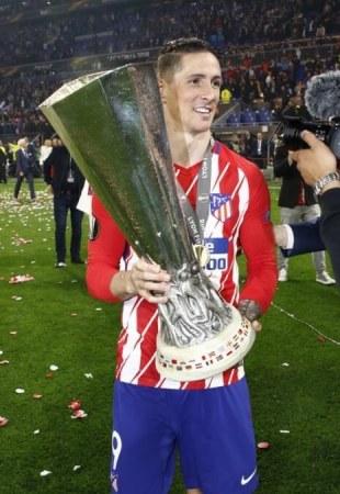 Fernando Torres con la Copa de la Europa League