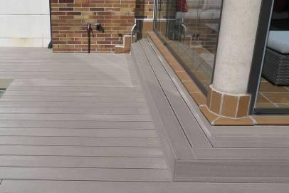 Acabado escalón en tarima sintética terraza, acceso a vivienda.