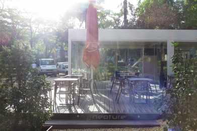 Tarima exterior maciza en composite para terraza restaurante