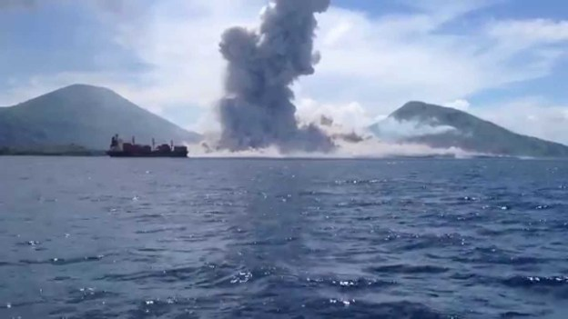 Shocking volcano eruption captured by toursists in Papua New Guinea
