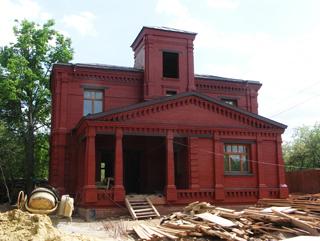 Двухэтажный кирпичный дом, Двухэтажный, кирпичный дом в традиционном стиле . Художник Алиса Зражевская