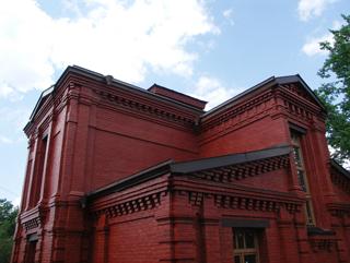 Композиция, Двухэтажный, кирпичный дом в традиционном стиле . Художник Алиса Зражевская
