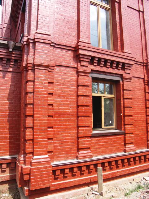 Кирпичный фасад. Двухэтажный, кирпичный дом в традиционном стиле . Художник Алиса Зражевская