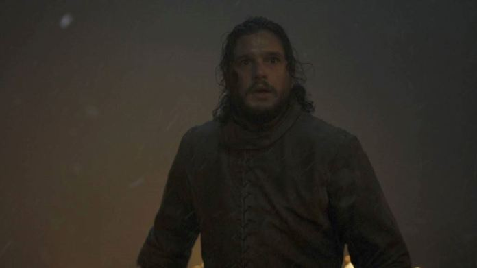 Jon Snow circondato da fumo e fiamme