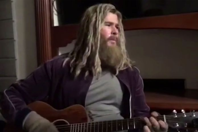 "Avengers: Endgame, guarda il ""Thor grasso"" di Chris Hemsworth mentre canta Hurt di Johnny Cash"