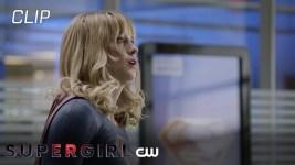 Supergirl 5: Kara lotta contro un dinosauro nel nuovo video