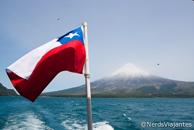 Bandeira do Chile e o vulcão Osorno rodeados de tábanos - Chile