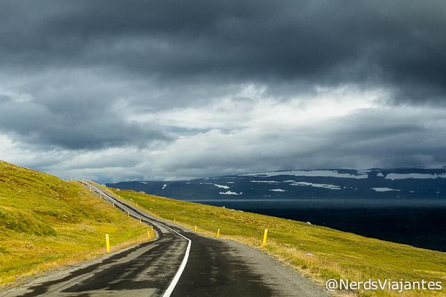 Dirigindo pelas estradas dos fiordes do oeste da Islândia