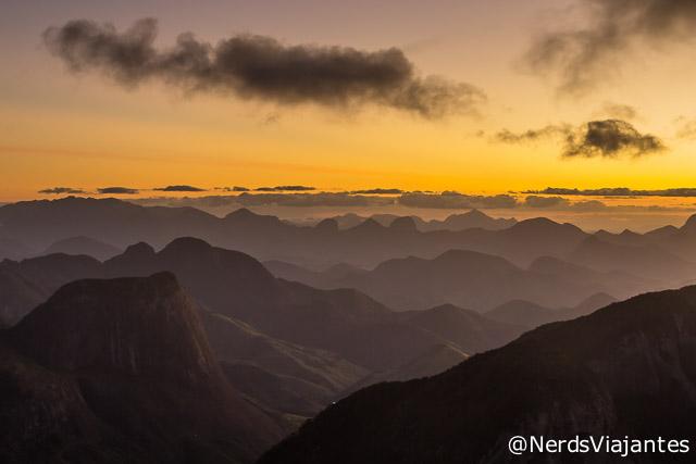Cenário com diferença grande de iluminação entre céu e montanhas na região do Parque Estadual Três Picos, no Rio de Janeiro