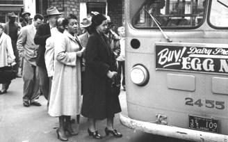 Rosa Parks subiendo al autobus.