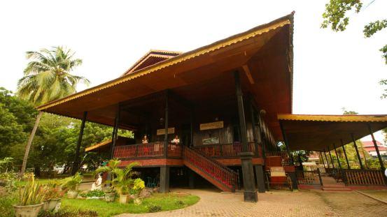 rumah adar sulawesi selatan : suku luwuk